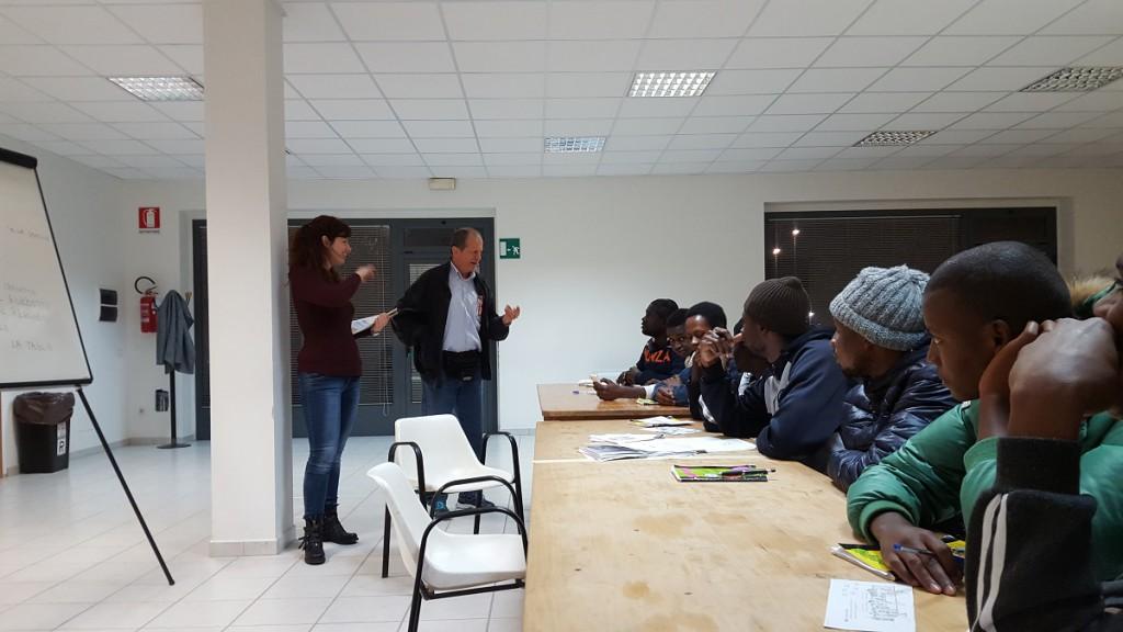 Clode parla con i ragazzi senegalesi