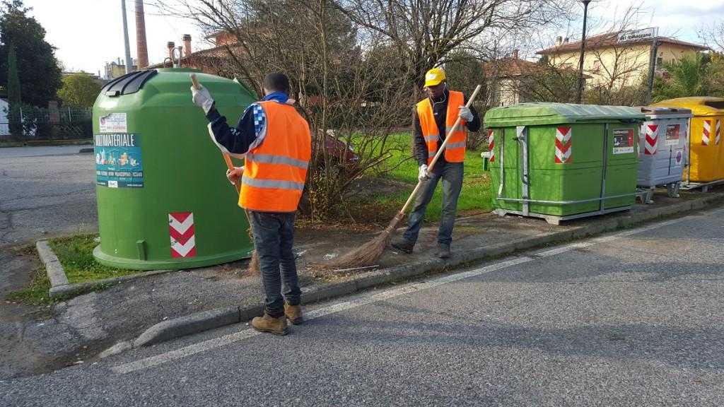 I lavori di volontariato prevedono la pulizia di strade e giardini
