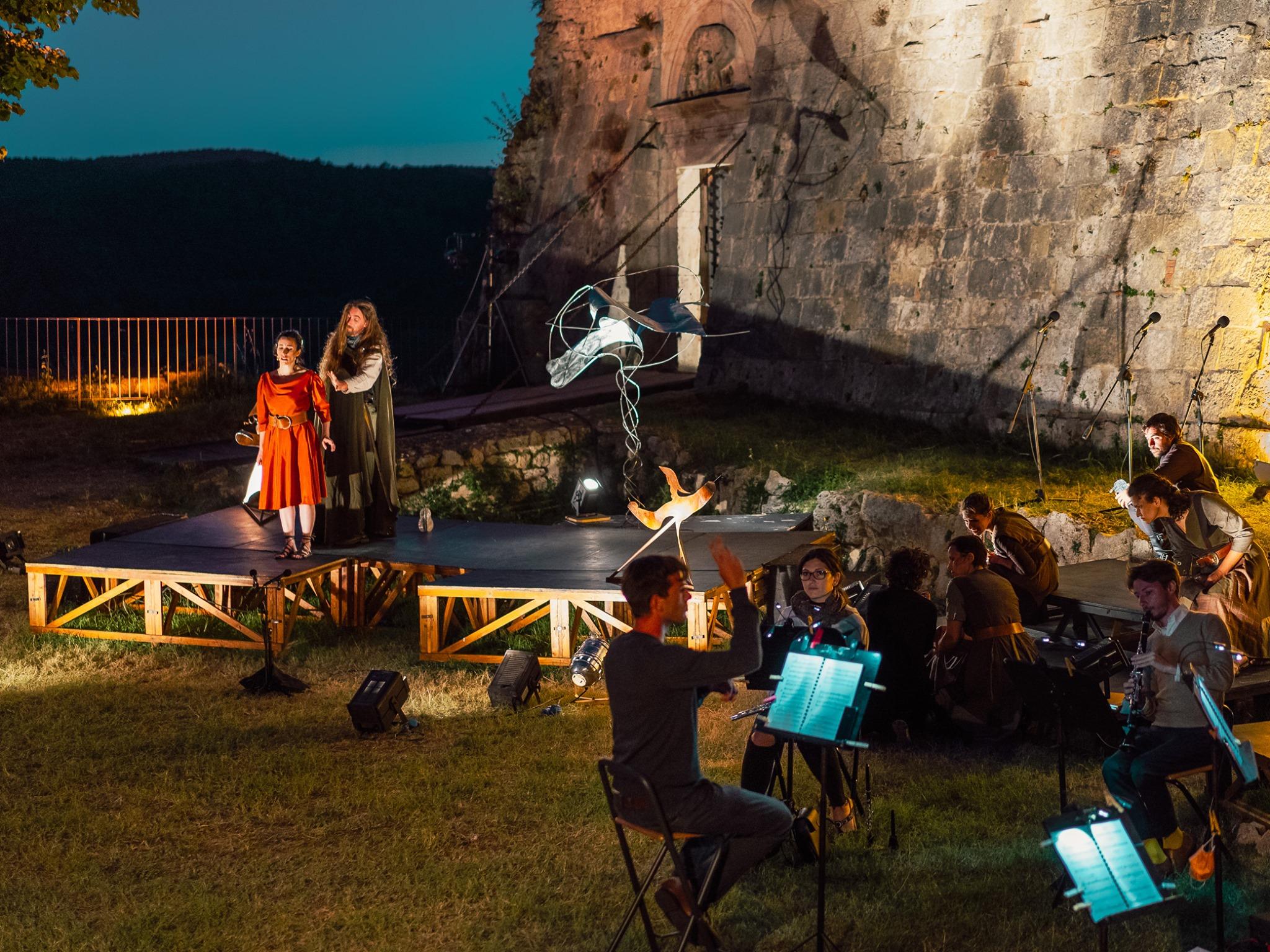 """Un momento delle prove del recente spettacolo al Castello di Sarteano """"Meta(')"""", produzione Arrischianti"""