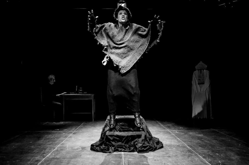 """Anna amato a centro palco per """"Dolmezia e il Vescovo"""": spettacolo del 2015, Straligut Teatro."""