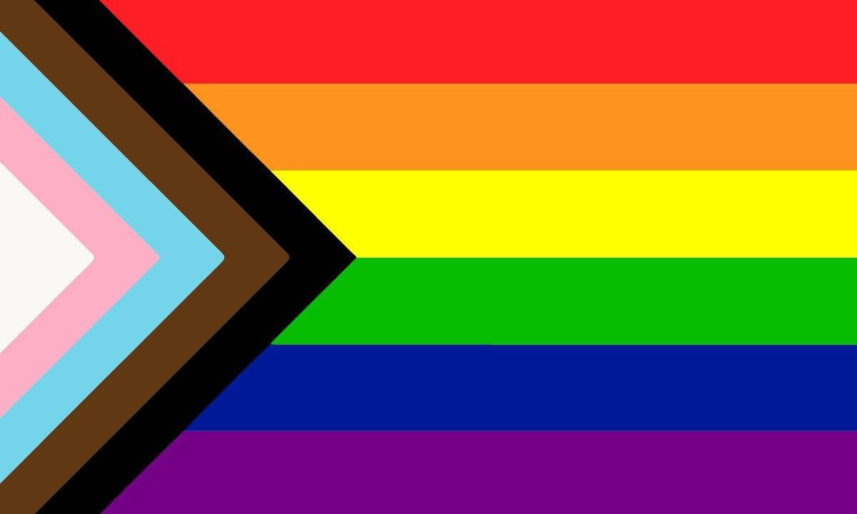 La bandiera del Pride: dall'alto in basso una striscia rossa, una arancione, una gialla, una verde, una blu e una viola. A queste si aggiunge, sul lato sinistro, un triangolo fatto di altre cinque linee: nera e marrone per indicare le comunità BIPOC degli USA, azzurra, rosa e bianca per le persone trans.